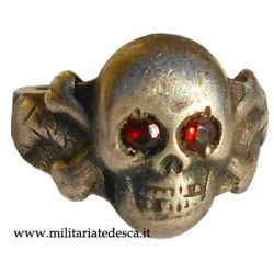 SKULL RING WITH RED STONES
